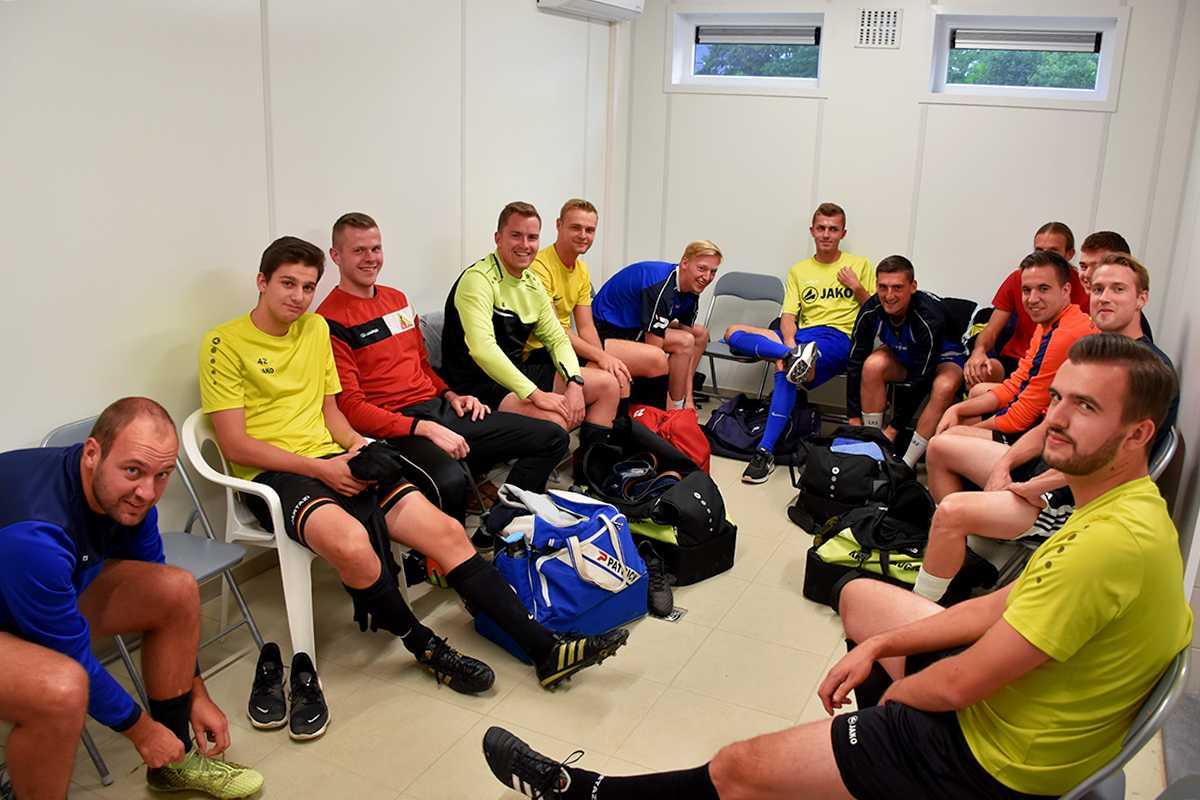 De eerste ploeg verzamelt in de nieuwe kleedkamer voor de training