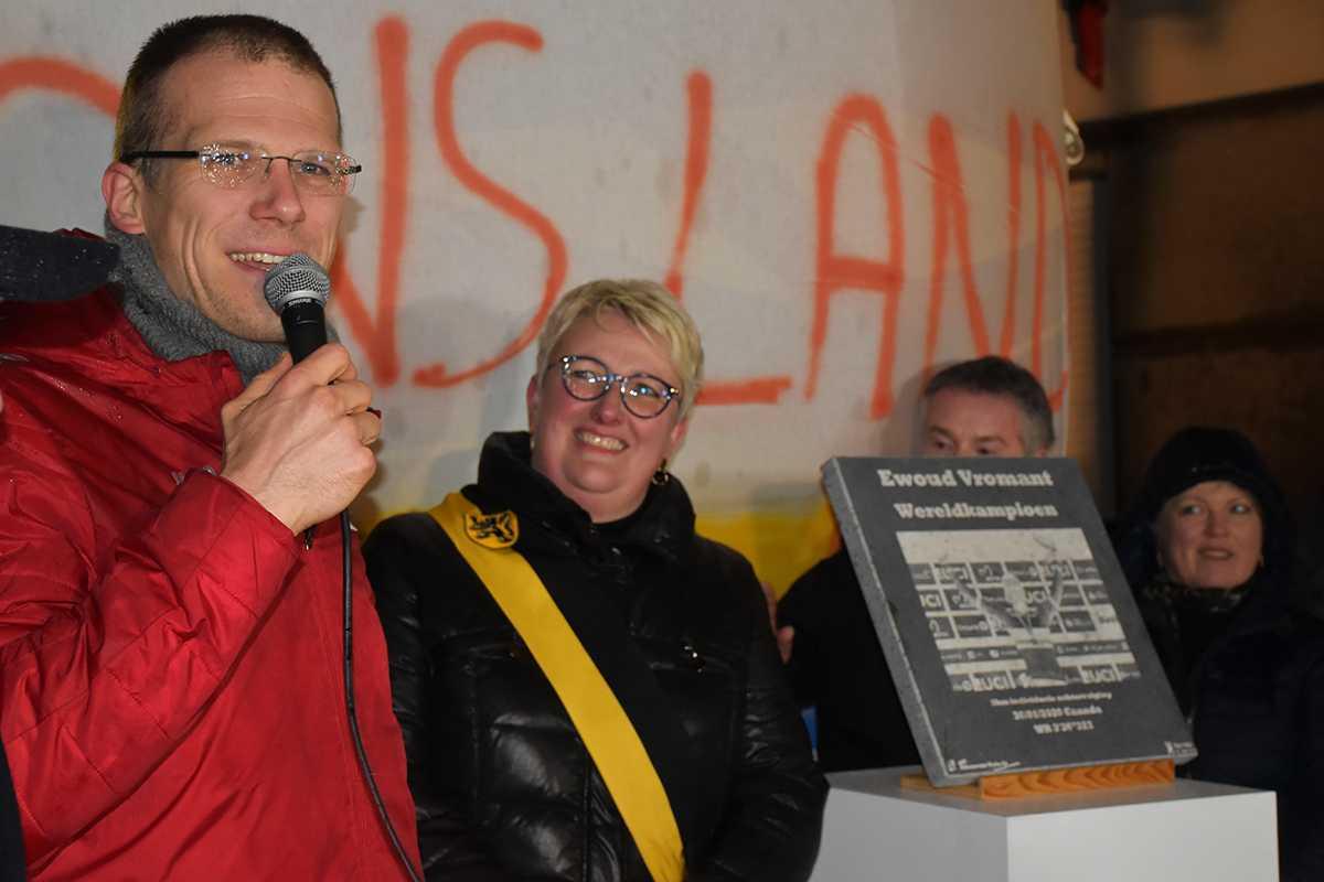 Ewoud Vromant en schepen Heidi Knop naast de naamplaat die een mooie plaats zal krijgen op het vernieuwde Heilig Hartplein.