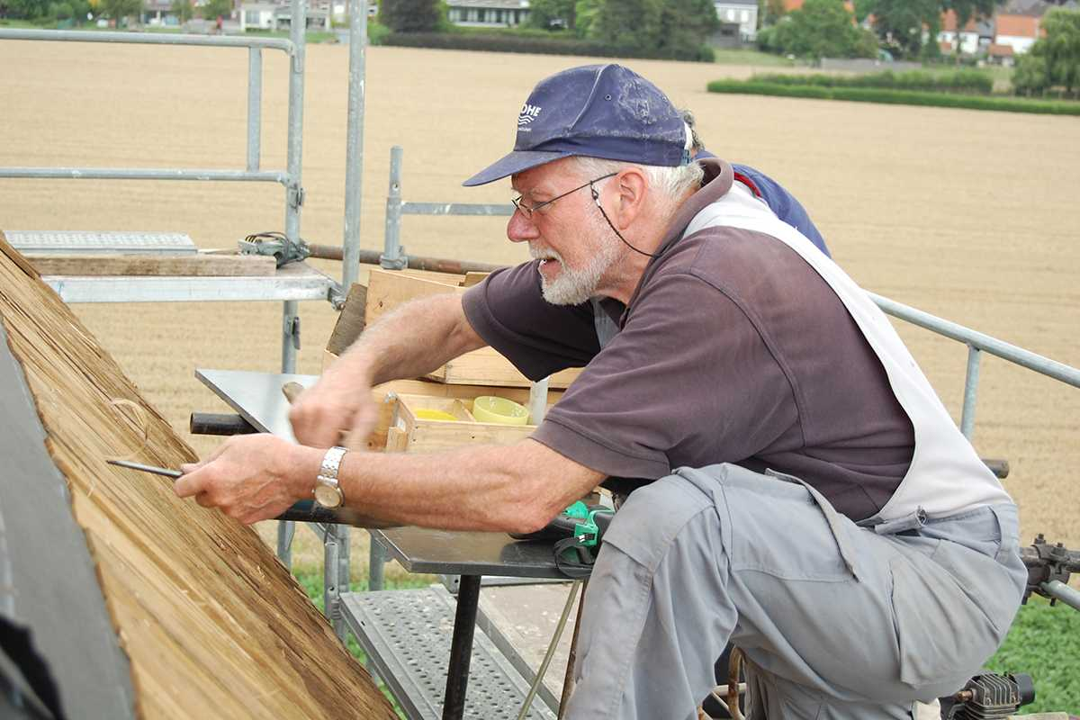 Johny restaureert het dak van de Huisekoutermolen in Kruisem.