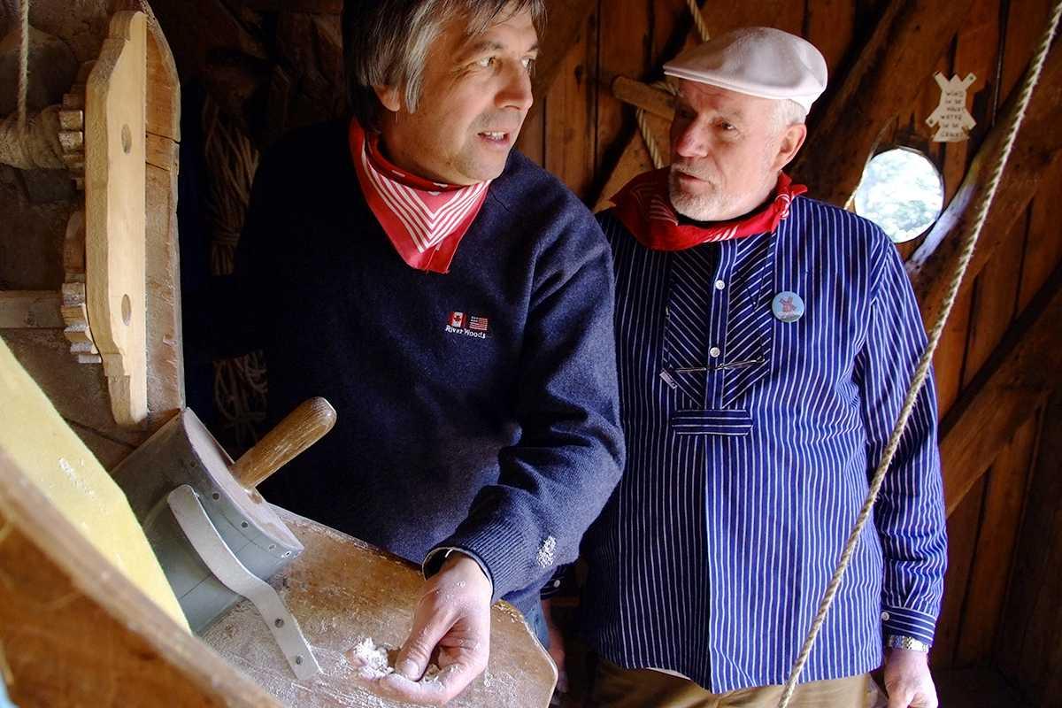 Alain en Johny aan het werk in de molen.