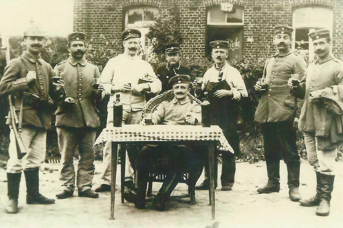 Duitse keuken in het routehuis bij het station in Herzele. In het midden: veldwachter Benedictus Robeys