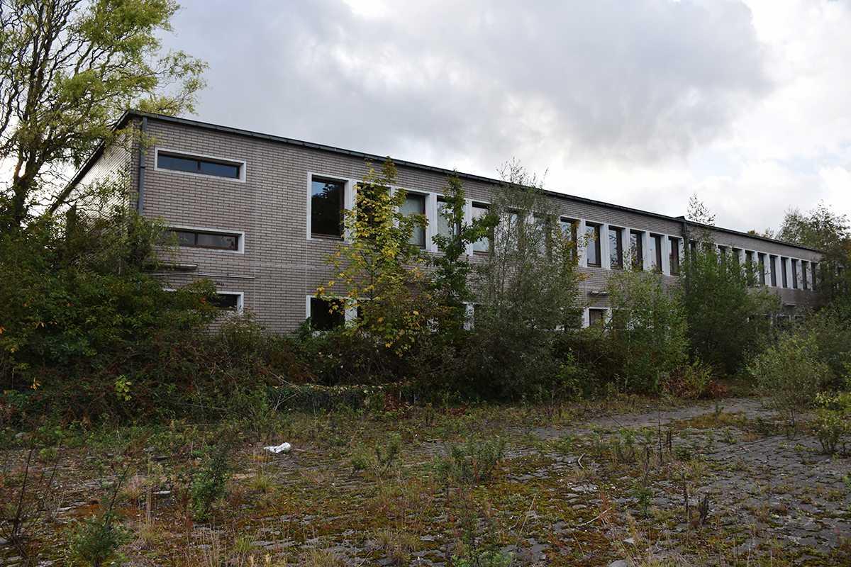 De achterzijde van het voormalige schoolgebouw