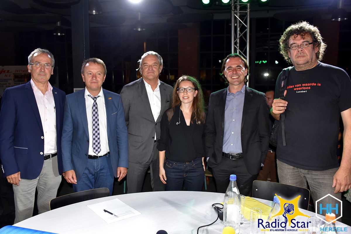 De vijf lijsttrekkers en presentator Sarah De Moor na afloop van het debat