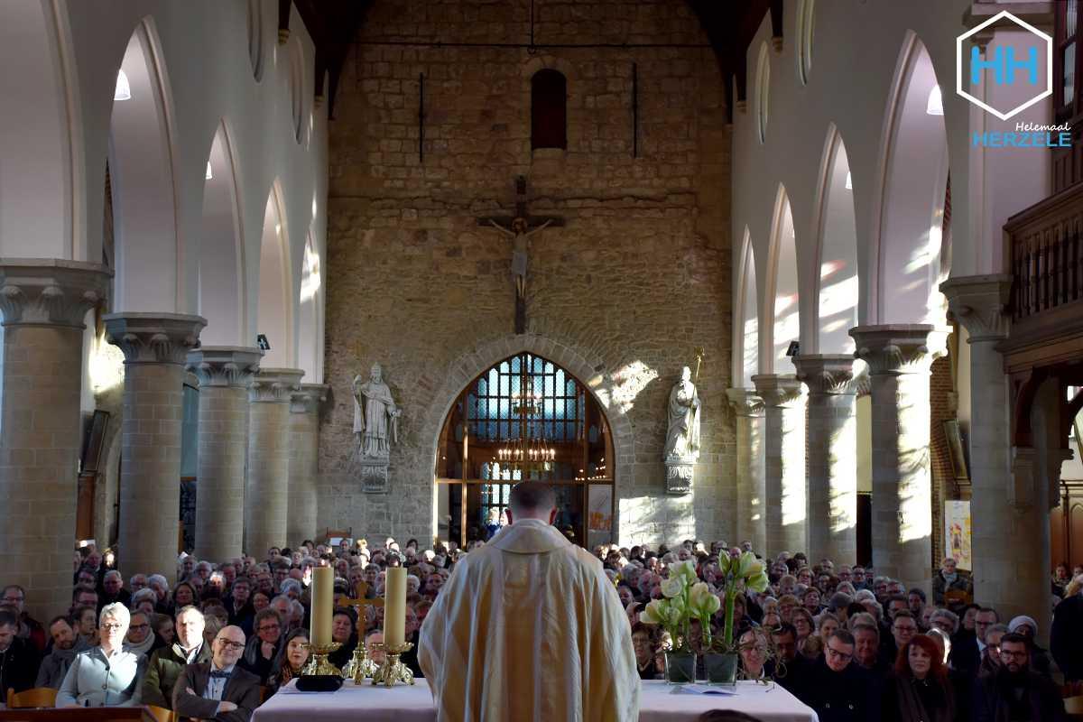 De kerk zat afgeladen vol.