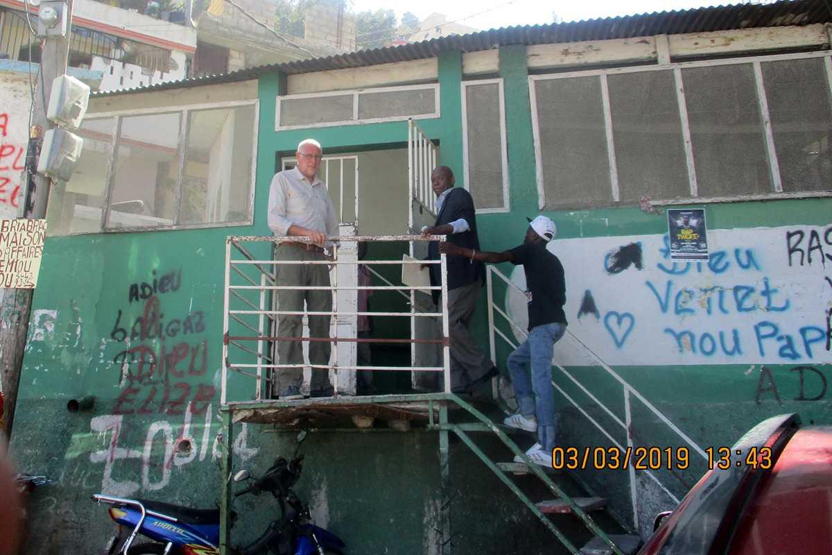 Geert bezoekt het gebouw waar de medische hulppost zal worden ondergebracht.
