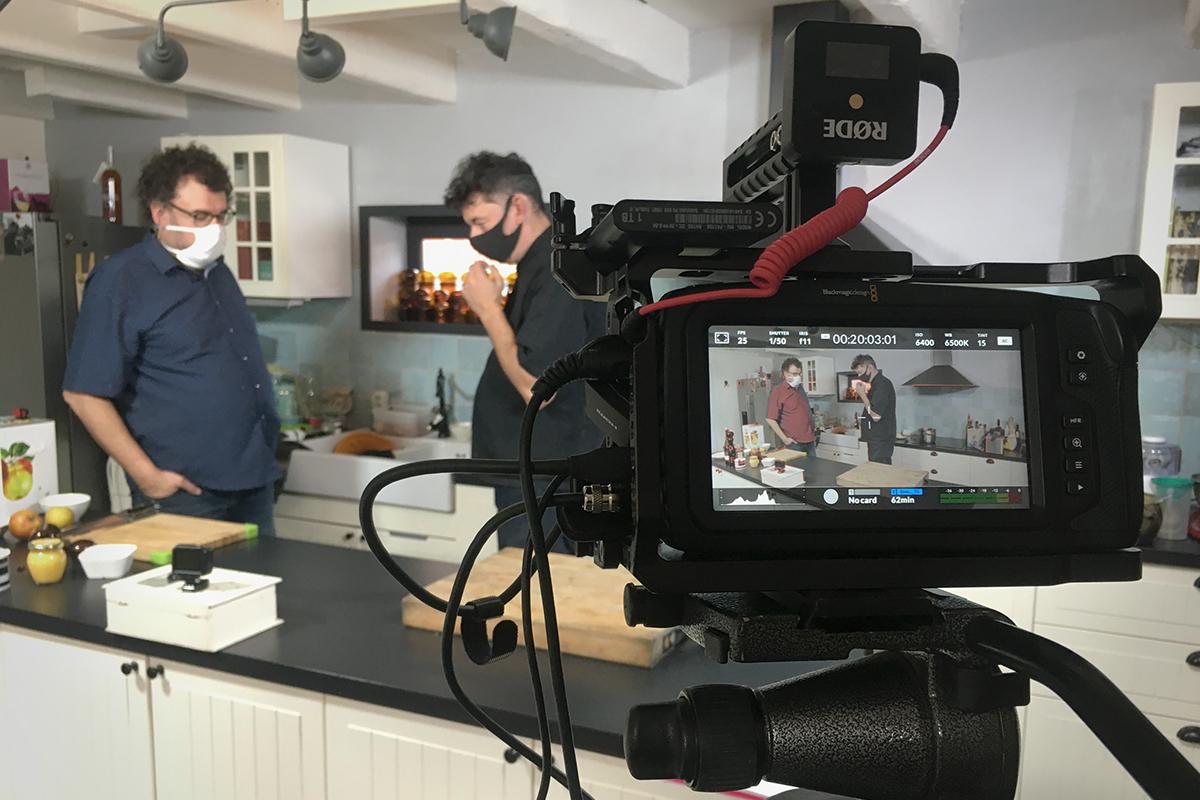 Filip en z'n broer Hugo tijdens de opnames van het kookprogramma'