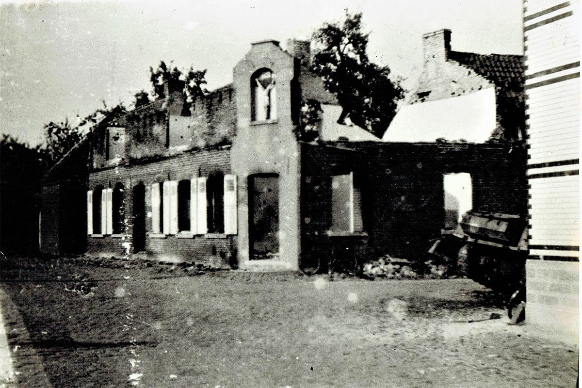 Het dak van een hoekhuis werd volledig weggeschoten bij de vuurgevechten op 3 september 1944.