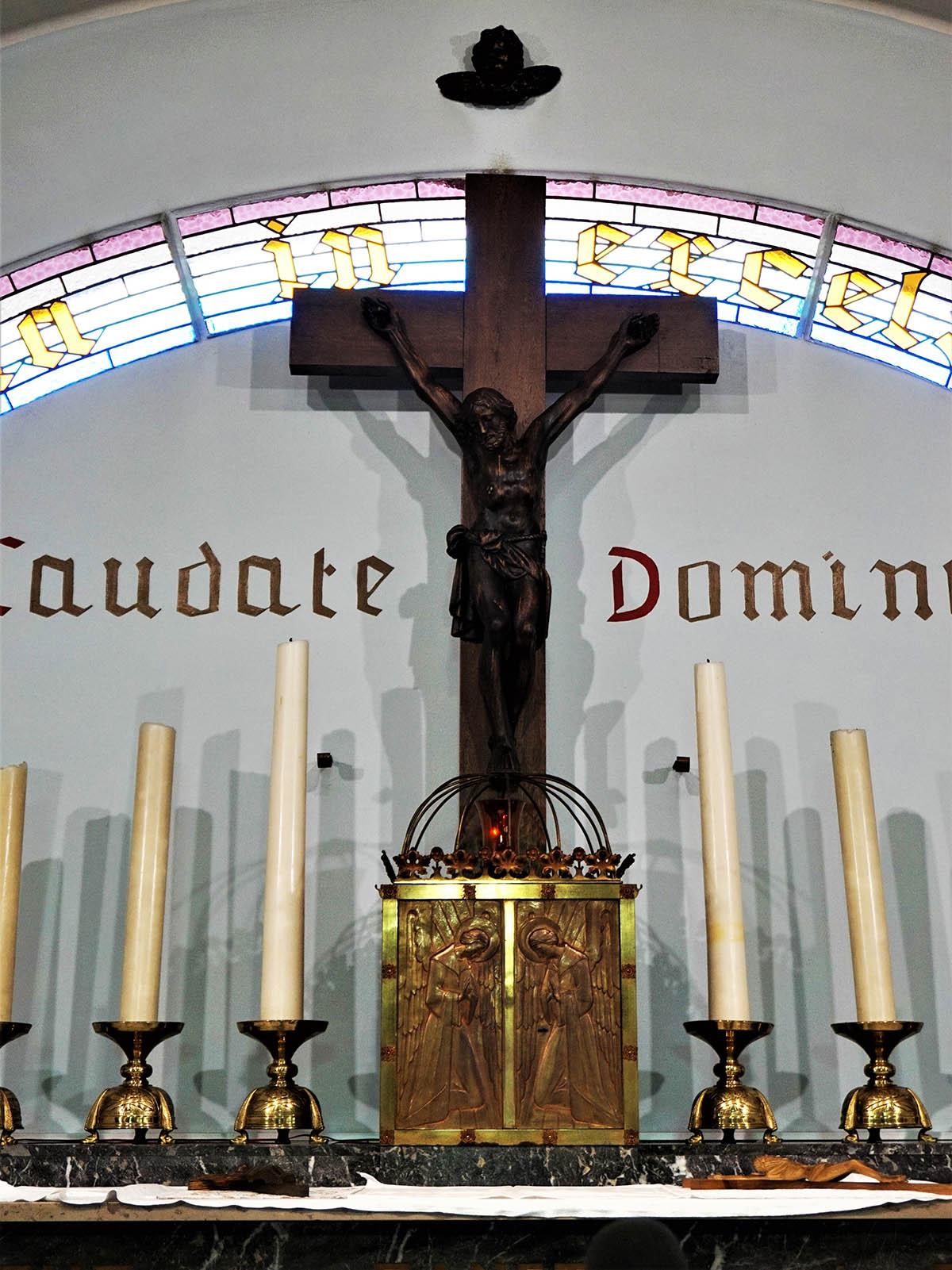 """Het kruis dat op miraculeuze wijze ongeschonden uit de vuurgloed van """"De slag aan 't Schipken"""" kwam, kreeg als vredessymbool, een speciaal plaatsje in de kerk van Wijnhuize boven het altaar. ©Magda De Leeuw"""