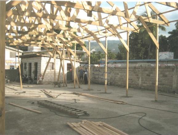 De bouw van het schooltje in Haïti